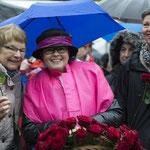 A. Heiniger hat während dem Umzug dem Regen getrotzt. Sie trifft   U. Nakamura und Karin Müggler (re).  Foto R. Flury