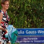 Feierlich enthüllt Regierungsrätin S. Pegoraro das neue Strassenschild