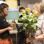 Marianne Herrera dankt den Mitwirkenden mit schönen Rosen.