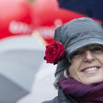 Trotz Nieselregen verkauft Kathrin Zahn Rosen auf dem Barfi.   Foto R. Flury
