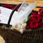 Der Korb mit den Rosen, dem Brot und dem frbb Flyer zu Dr.Dora Grob-Schmidt ist bereit. Foto R. Flury