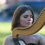 Aite Tinga trägt  mit ihrer wunderschönen Harfenmusik zum stimmungsvollen Abend bei...