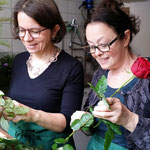 Bread and Roses - Irène Renz und Annemarie Heiniger entdornen zuhause die Rosen.