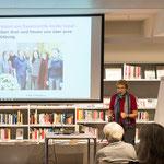 Ursula Nakamura stellt die Festschrift anhand einer Präsentation vor.