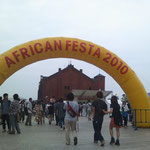 06/13 赤レンガ倉庫にてアフリカンフェスタ2010。入り口。