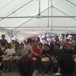 アフリカの太鼓をみんなで演奏。結いメンバーも参加しました!