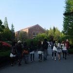 第1回は一橋大学で行いました。色々な団体さんと一緒に駅方面に向かいます。