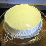 Himbeer-Amicelli-Torte - mit Sahne einstreichen