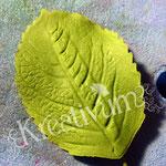 Draht in Blätter aus Blütenpaste