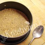Himbeer-Amicelli-Torte - Löffelbiskuit auf dem Boden andrücken