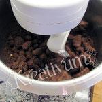 Cake Pops - Anleitung & Rezept - Kuchen mit der Maschine zerkrümmeln