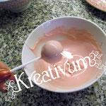 Cake Pops - Anleitung & Rezept - vorsichtig in die Cany Melts Schoki tunken