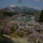磐梯山を背景に猪苗代小学校