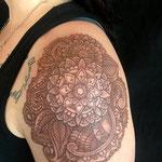 Tatouage de couleur marron d'un mandala