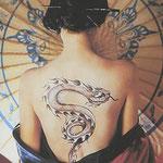Tatouage d'un serpent en flamme