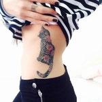 Tatouage chat et fleurs côtes femme