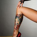 Tatouage d'un portrait de geisha et un poignard