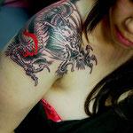 Tatouage d'un dragon chinois avec une pointe de rouge