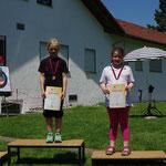 Schülerklasse C/weibl. 2. Platz Maren Saup (li.), 3. Platz Sarah Saup (2. von re.), 4. Platz Lucie Saup (re.) (© Th. Hepner)
