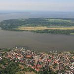 Ribnitz Damgarten und am Horizont Fischland und Darß