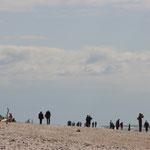 …und seine vielen Besucher am Strand