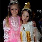 Prinzessin Larissa − das klingt so elfengleich, wie sie gestern aussah. Larissa Hermsen (6) aus Ruhstorf (links) wählte den Mädchen-Klassiker. Zusammen mit der Sternenfee Emilia Strangmüller (6) aus Malching spielte, hüpfte und tanzte sie sich durch den F