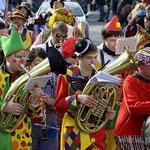 Fliegende Bonbons können die Instrumente verstopfen − manche Mitglieder der Musikkapelle Kößlarn zogen ihren Hörnern und Tuben deshalb einen Strumpf über.