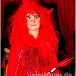 Ein süßes Teufelchen: Ganz in Rot war Christina Schmid (8) aus Pocking ein echter Hingucker. Das Glitzerkostüm hat schon ihre Mama getragen − was allerdings in Zukunft nicht mehr möglich sein wird. Ein Schnitt mit der Schere hat aus dem Mama-Kostüm ein Ki