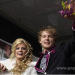 Farblich abgestimmt auf das Outfit von Prinz Alexander und Prinzessin Julia waren die Bonbons, die die beiden in die Menge warfen.