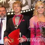 Mit dem Schlüssel gab 2. Bürgermeister Helmut Kepler dem Prinzenpaar Prinz Alexander III. (Drexler) und Prinzessin Julia I. (Salomon) auch gleich jede Menge Fleißaufgaben mit.