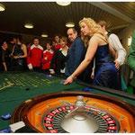 Gut besucht war der Roulette-Tisch der Spielbank-Bad Füssing. Auch Gardemajorin Sandra Krüger (2.v.r.) versuchte ihr Glück.