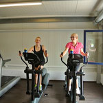 Walking and talking: Helena und Eileen auf dem Crosstrainer