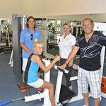 Harald Linxen, Trainer Franz und Vital-Lounge-Chefin Irina Tarascan geben Charlotte Instruktionen…