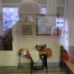 Nähzimmer (durch ein Innenfenster fotografiert)