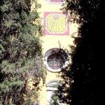 """Sonnenuhr über dem Portal der Kirche mit Zisterzienser-Motto: """"Ora et labora - Bete und Arbeite"""""""