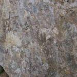 Stein mit mehreren Kreuzen