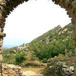 Blick von Dorf Sant Helena auf Kloster und Burg