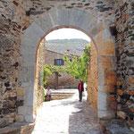 Eingang zum Dorf Castellnou