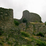 Aufstieg zum Burginneren, rechts Rundturm und Halbrundturm