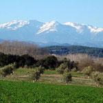 Blick vom Schloss Sant Mori auf die Pyrenäen