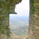 """Blick von Vorhalle nach Westen in die Ebene des Alt Emporda - unter Fenster Absturz """"Salt de la Reina"""" / Im grünen Mittelbereich lag der See von Castello"""