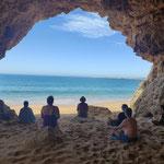 Gruppe meditiert in der Höhle