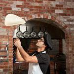 Gino backt Pizza für Kinder. (C) Fotolia 37570108 Fernando Madeira