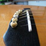 Les cordes ont retrouvé un angle plus raisonnable et le sillet n'est plus incliné vers l'avant. La guitare est plus juste et aux dernières nouvelles, les cordes ne cassent plus.