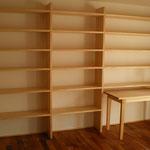 壁面に作りつけの本棚。