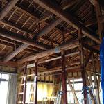 解体中。天井裏の小屋組みを見せるデザインに。
