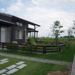 犬と楽しむ庭。木製フェンスをデザイン施工。