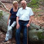 Prof. Peter Burschel mit seiner Frau  im Naturwaldreservat Waldhaus im Spessart Juli 2008