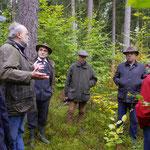 Beim Fachsimpeln im Wald (von links Klaus Schulz (ANW), der jahrzehntelang zuständige Förster Wolfgang Fuchs, Dr. Wolfgang Kornder, Bernhard Mall, Uwe Köberlein)