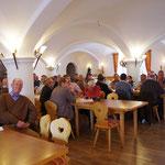 Die Festversammlung beim offiziellen Teil nach der Exkursion im Neuwirt in Großhartpenning